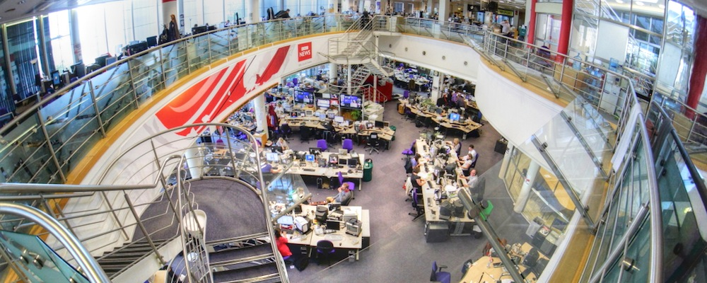 Im BBC Newsroom in London prüfen mehr als 20 Journalisten im User Generated Content Hub Inhalte aus dem Social Web.