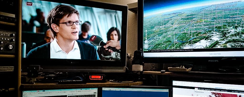 Studio-Gespräch mit Moderator Michael Weinmann während der neunstündigen Live-Reportage «Flughafen Zürich: Hochbetrieb zum Ferienstart».