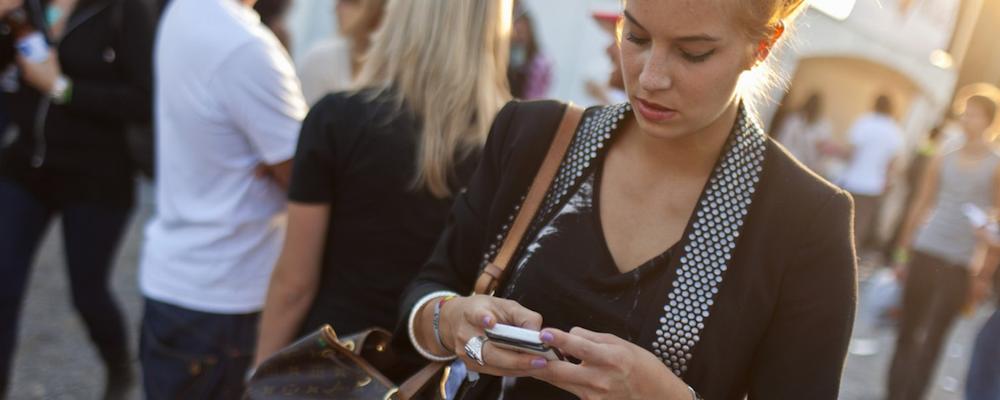 So oft greifen Schweizer zum Smartphone