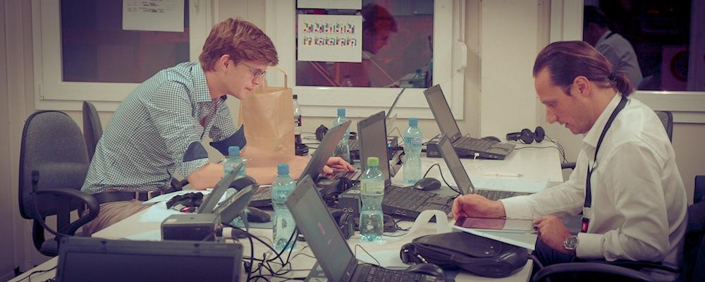 Vorbereitungen im Redaktionscontainer für eine Social Media-Schaltung zusammen mit Online-Moderator Adrian Arnold.