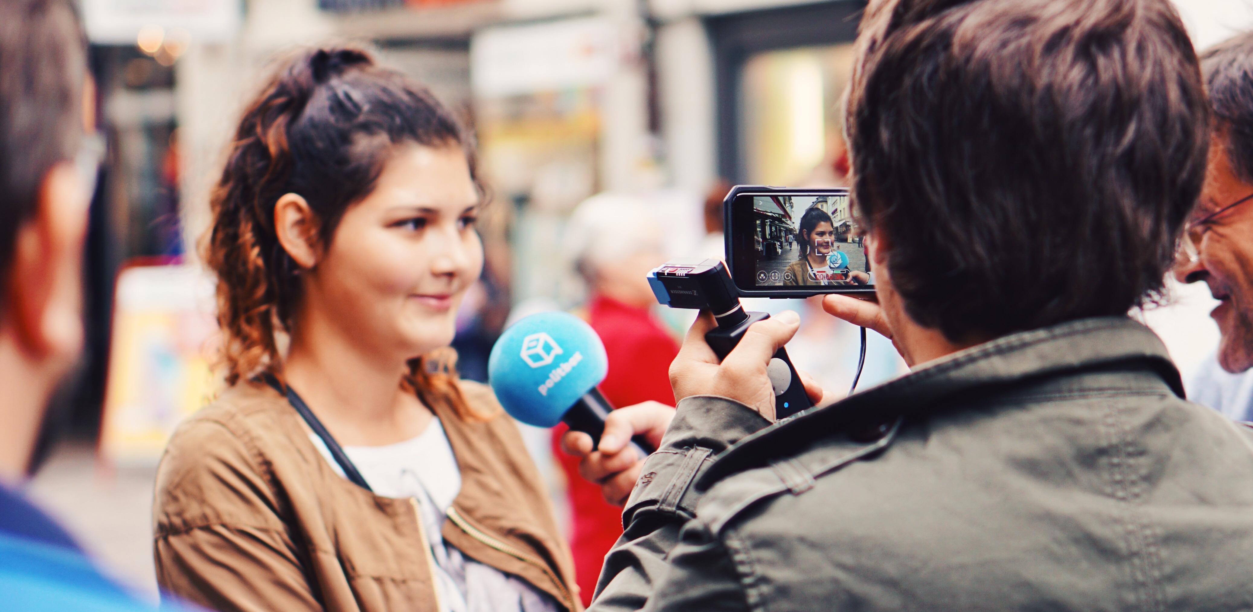Mobil unterwegs: Auch beim Dreh und in der Nachproduktion arbeiten politbox-Redaktoren mit iPhones.