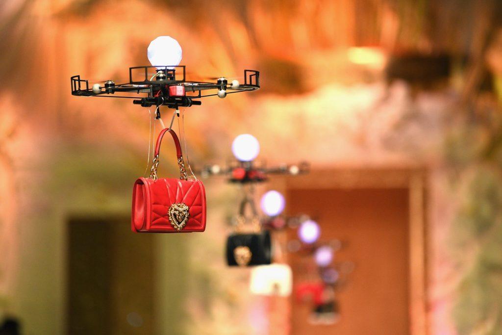 Drohnen präsentieren fliegend hintereinander neue Handtaschen.
