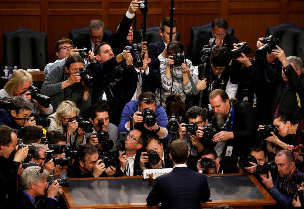 Unzählige Fotografen belagern Facebook-Gründer Mark Zuckerberg bei dessen Anhörung.
